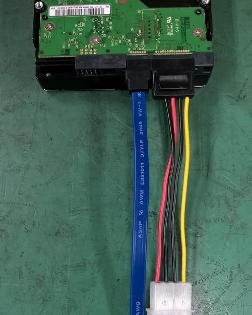 4ピン ペリフェラル・SATA変換ケーブルを使用した接続